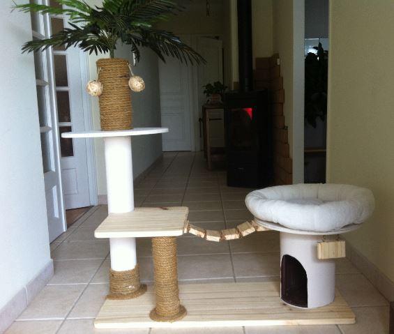 arbre a chat avec un touret. Black Bedroom Furniture Sets. Home Design Ideas